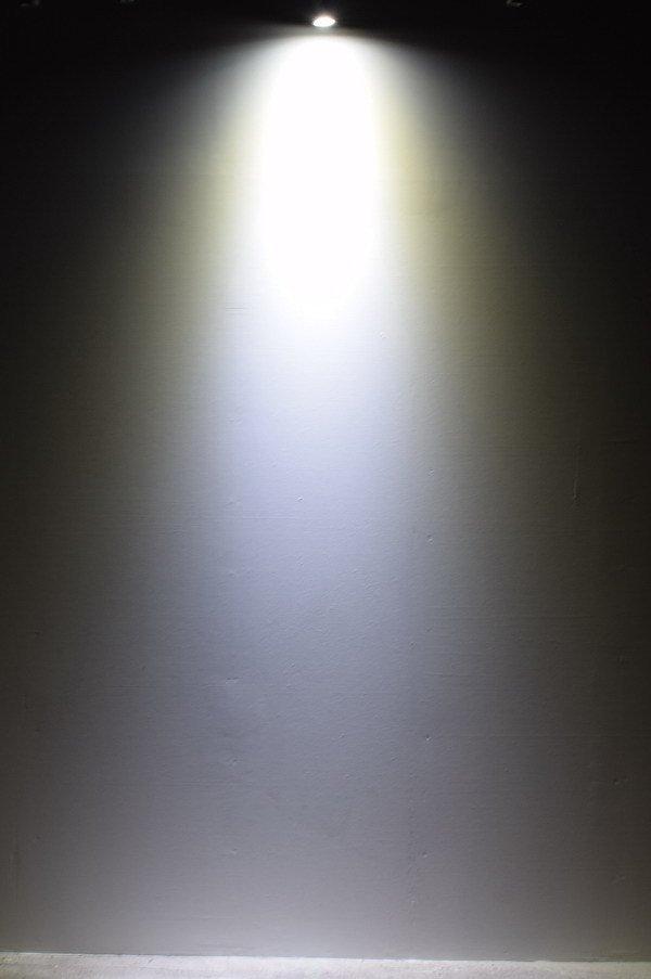 BeeLIGHTのLED電球「BH-0511M-WH-TW-25」の実際の配光写真。