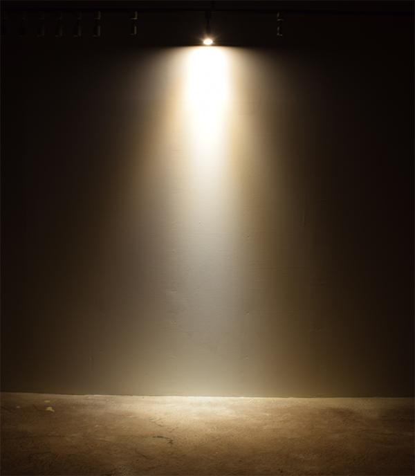 BeeLIGHTのLED電球「BH-0711N-BK-WW」の点灯写真。