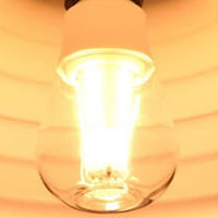 BeeLIGHTのLED電球「BD-1026C-Clear-2200」の点灯写真。