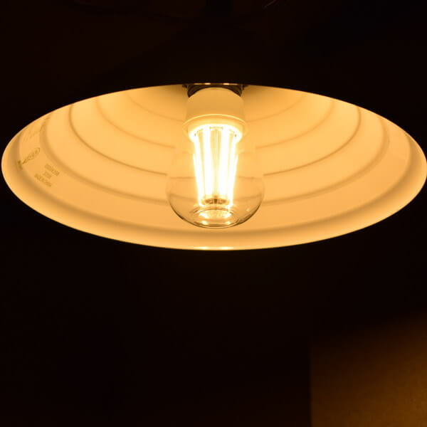 BeeLIGHTのLED電球「BD-1026C-Clear-2700」の商品画像。実際の点灯イメージ。