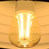 BeeLIGHTのLED電球「BD-1026C-Clear-Retro」の点灯写真。