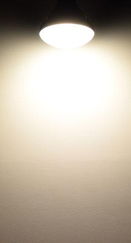 BeeLIGHTのLED電球「BH-1526B-BK-WW-Ra92」の配光写真。