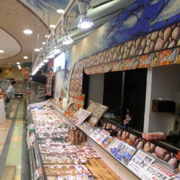 BeeLIGHTのLED電球「BH-2026H2Ra94」の設置例。実際のスーパー鮮魚売り場の写真。