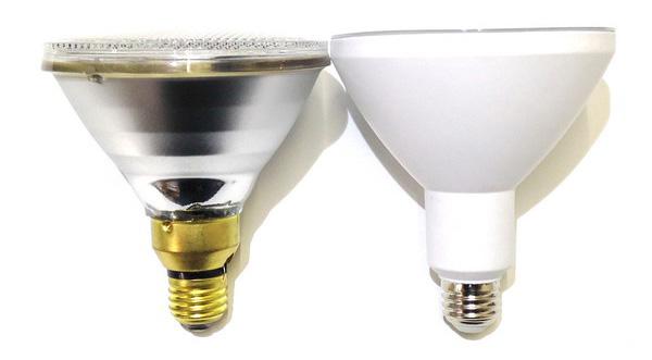 従来型150Wビーム球とBeeLIGHTのLED電球「BH-2026B-WH-TW」の比較写真。