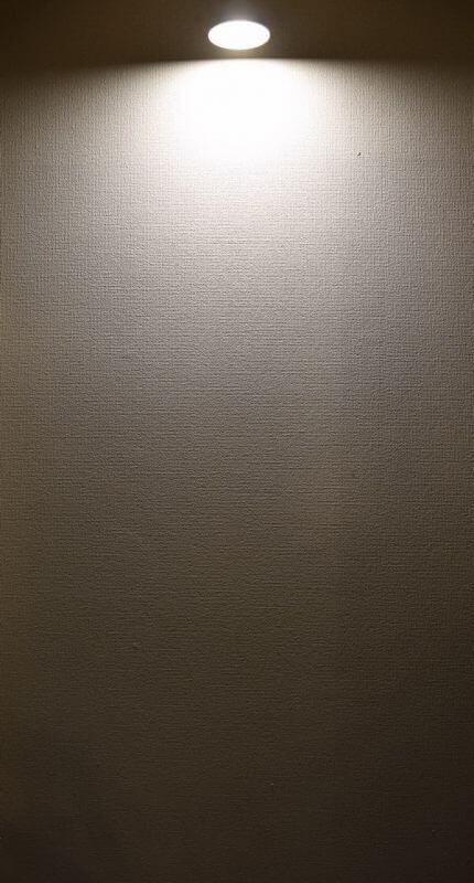 BeeLIGHTのLED電球「BH-2026B-WH-WW」の配光写真。