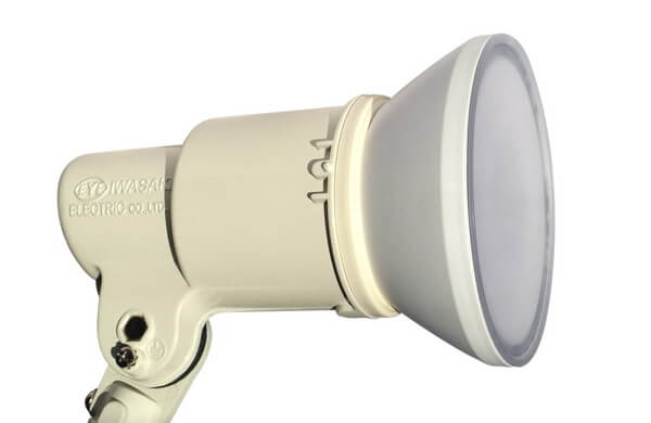 BeeLIGHTのLED電球「BH-2026B-WH-TW」の防水器具の使用例。